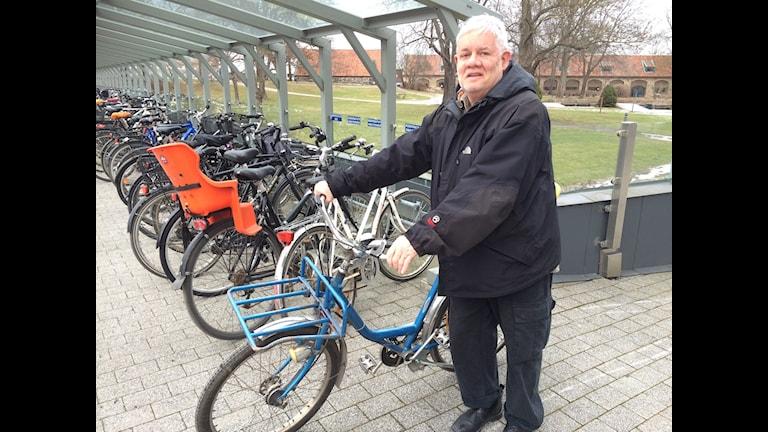 Carl Johan De Geer med sin blå cykel