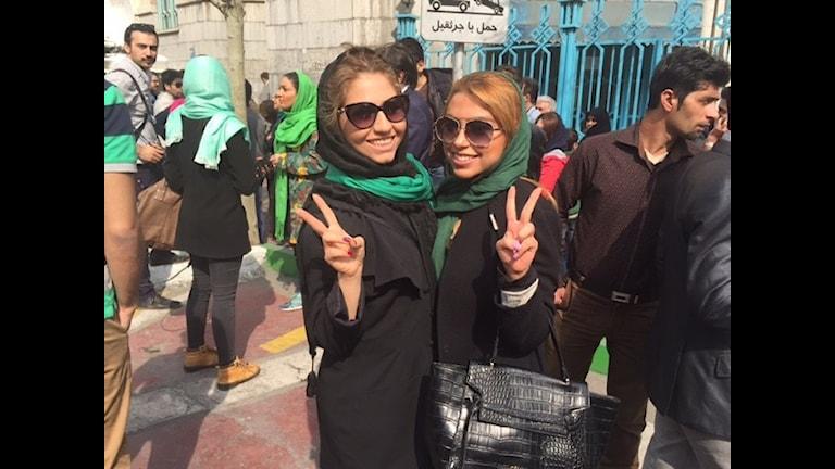 Två flickor i gröna sjalar i Teheran.