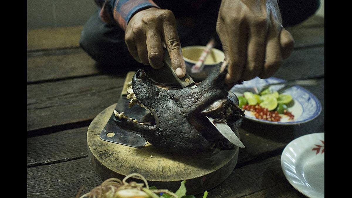 Att äta hund blir allt mer populärt i Kambodja. På den svarta köttmarknaden kan restauranger och gatukök köpa stulna hundar för 30 dollar styck.