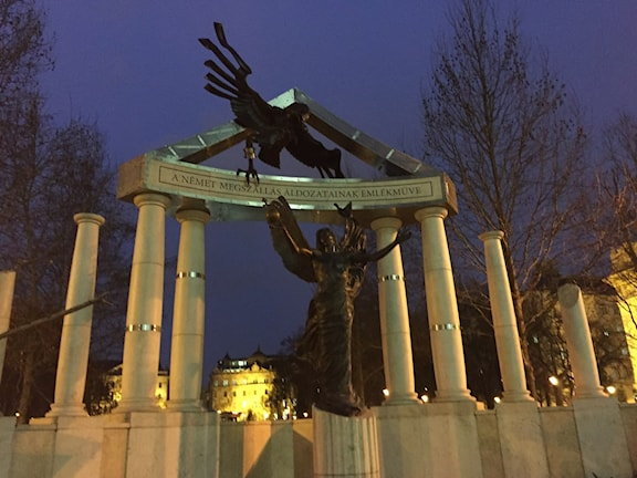 Monumentet över offren för den tyska invasionen väcker starka känslor i Budapest.