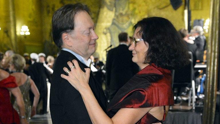 Horace Engdahl och Ebba Witt-Brattström i finkläder på dansgolvet. Foto: TT