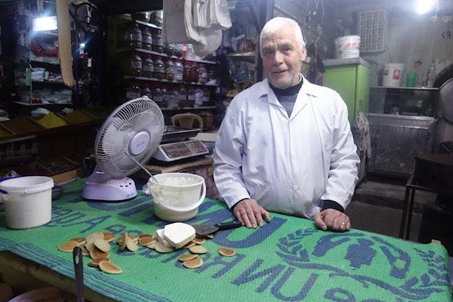 Nizar Sharafeddin var apotekare i Homs men nu säljer han ost. Foto: Katja Magnusson/SR