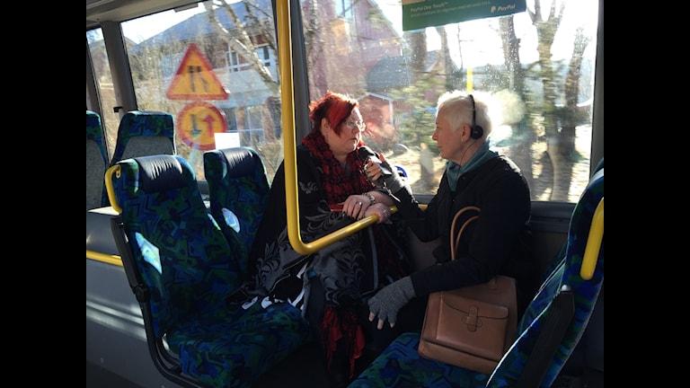 Meeri Wasberg, kommunalråd (S) i Haninge, intervjuas av Annika Digréus på bussen.