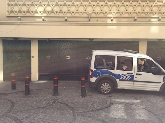 Polisbil vaktar utanför synagogan och judiska museet.