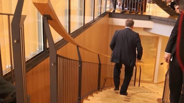 Islands premiärminister lämnar sin post efter att ha hållit ett möte i alltinget. Foto: TT