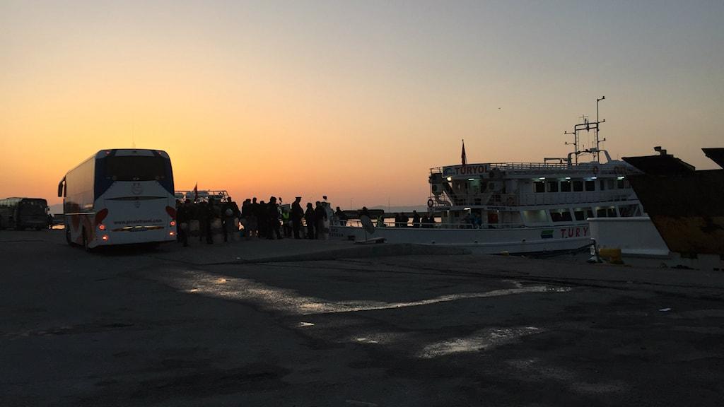 I gryningen deporterades de första migranterna tillbaka från Grekland till Turkiet. Foto: SR