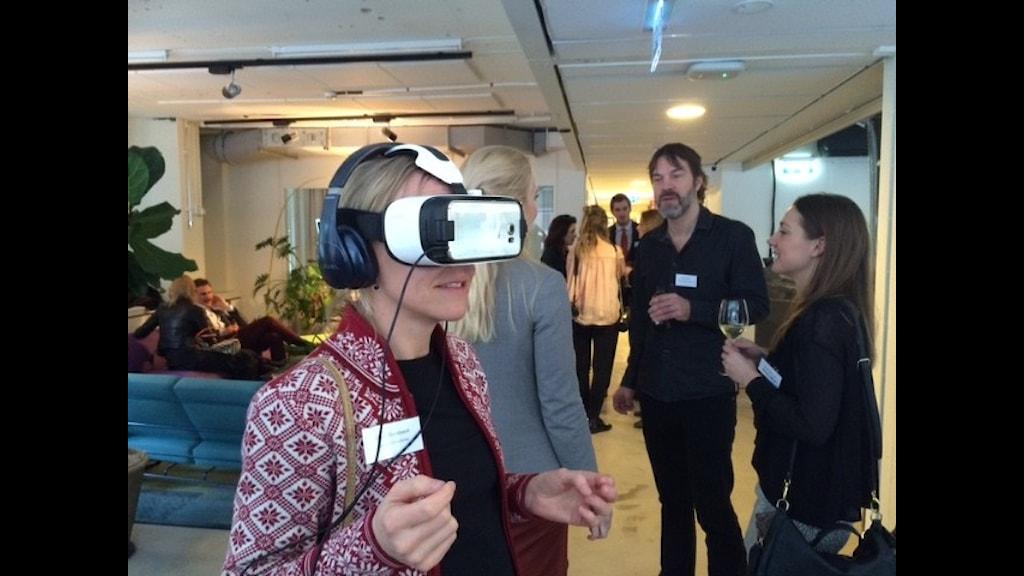 Lina Mickelsson testar VR-glasögon på Epicenter i Stockholm