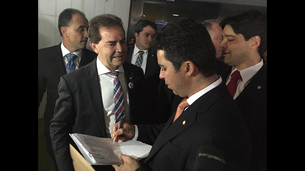 Kongressledamöter slår vad om vilka röstsiffror det kommer bli på söndag när underhuset röstar om att ställa president Dilma Rousseff inför riksrätt. Flera av dem är själva korruptionsanklagade.