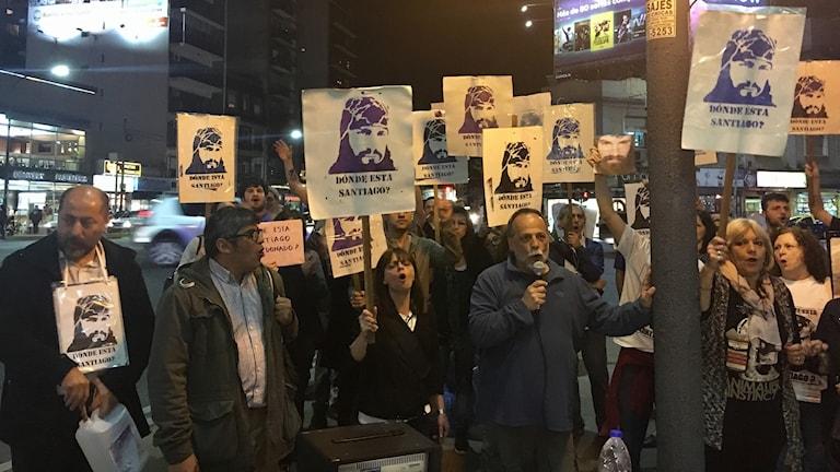"""De senaste månaderna har det hållits regelbundna manifestationer i Buenos Aires. På plakaten står det """"var är Santiago Maldonado?"""""""