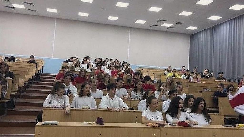 Elever i röda och vita kläder vid Minsks statliga lingvistiska universitet