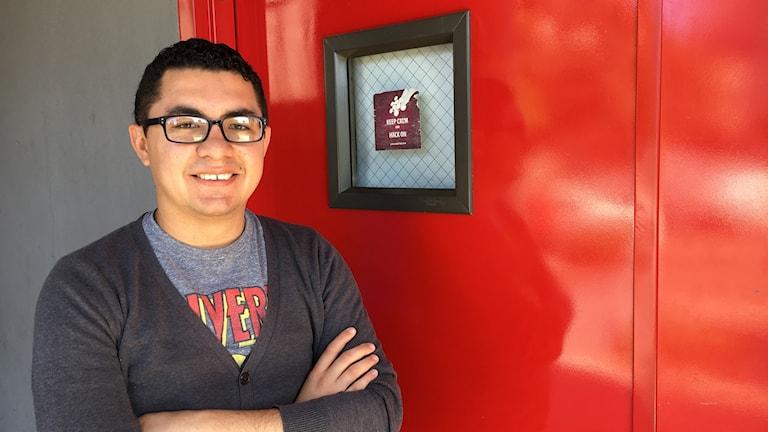 """David Peguero jobbar på MindHub, som samlar 12 små start-ups bakom en metalldör med texten """"keep calm hack on."""""""