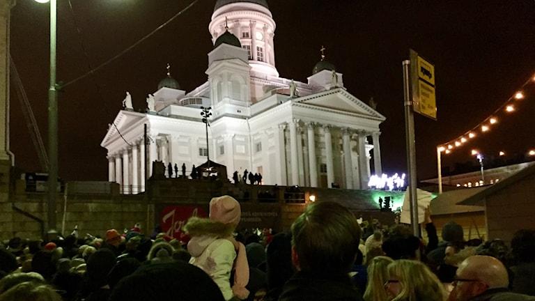 Fansen trängs för att se Saara Aalto framträda på Senatstorget i Helsingfors. Foto: Thella Johnson