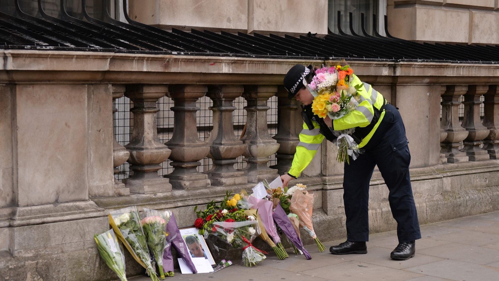 Polis lägger ner blommor i London efter attacken