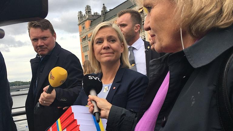Magdalena Andersson på budgetpromenad.