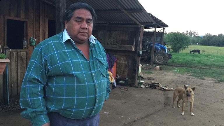 Mapucheledaren Victor Queipul utanför sitt hus. För ett år sedan kidnappades och misshandlades han av chilensk polis. Han har fortfarande flera rättsprocesser mot sig.