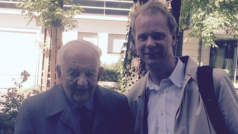 92-årige EU-nestorn Alfred Grosser tillsammans med SR:s Kristian Åström.