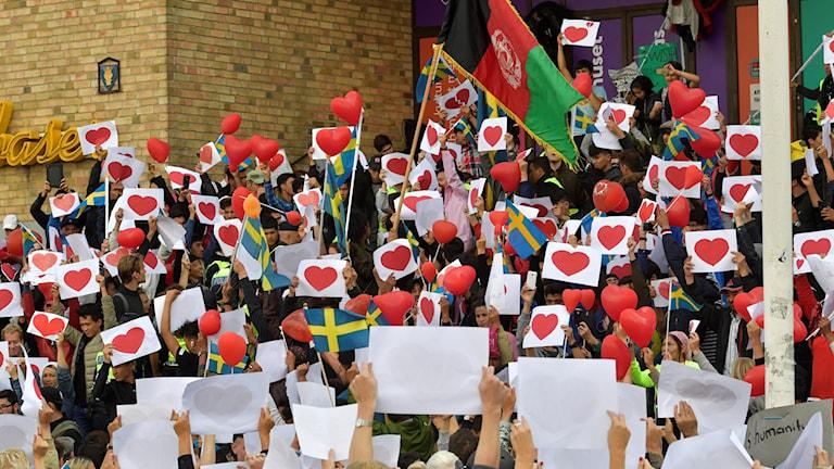 Människor demonstrerar vid Medborgarplatsen.