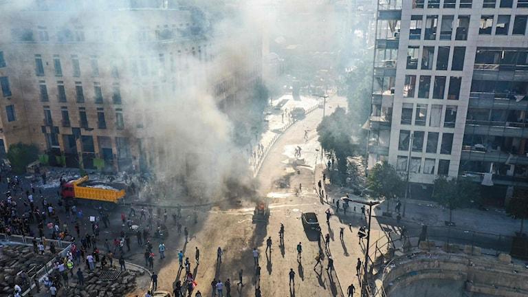 Tårgas och rök fyllde luften på Beiruts gator när tusentals demonstrerade mot landets styre under lördagen.