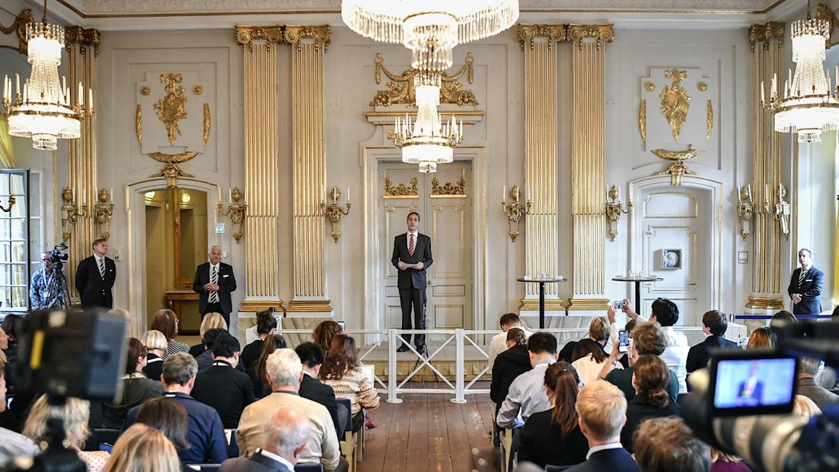 Svenska Akademiens ledare Mats Malm presenterade författarna som vann Nobelpriset i litteratur.