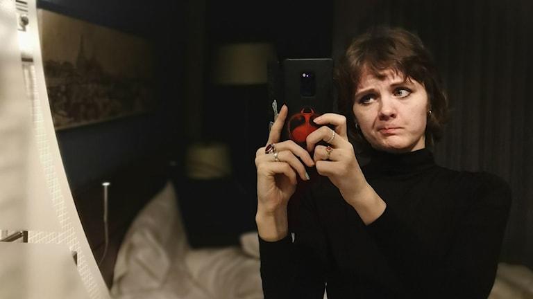 Den ryska scifi-författaren Alexandra Golubeva funderar i spegeln på hur världen kommer se ut efter corona.