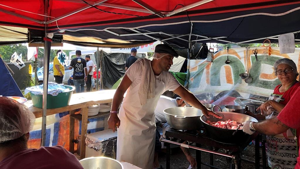 José Luzardo är kökschef i tältlägret och minns natten när han vaknade av skottlossning mot tälten.