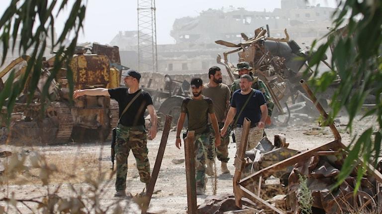 Regimtrogna soldater strax utanför staden Aleppo i Syrien