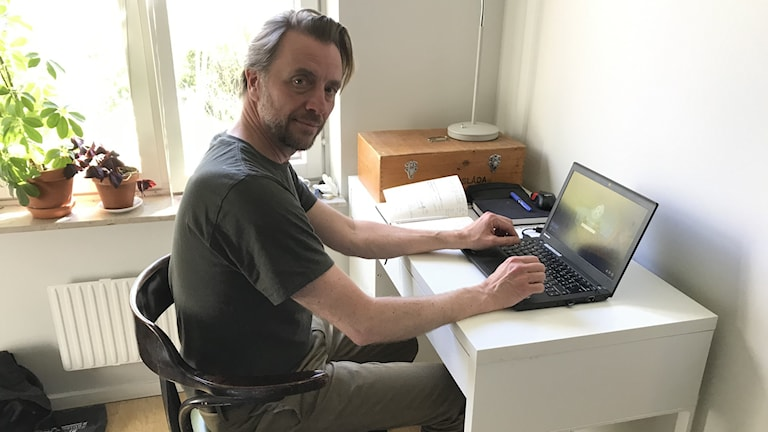 Landskapsarkitekten Per Axelsson i sitt tillfälliga hemmakontor.