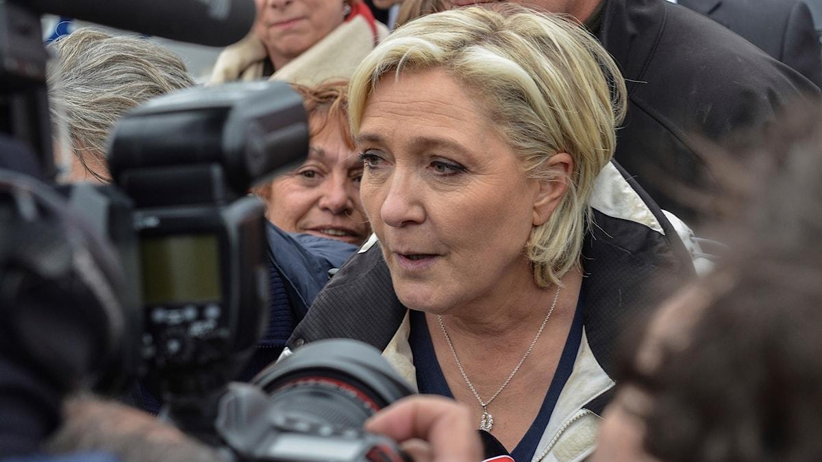 Marine Le Pen med kameror