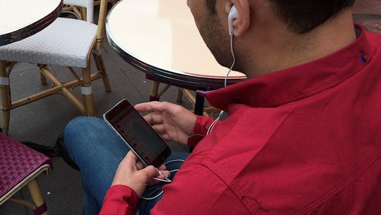 Man tittar på sin mobiltelefon. Foto: Anders Diamant/SR
