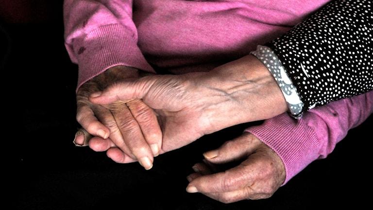 Två par händer håller varandra.