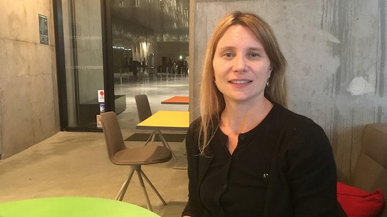 """Clémentie Deroudille, utställnigskommisarie för """"Barbara"""" på Parisfilharmonin."""