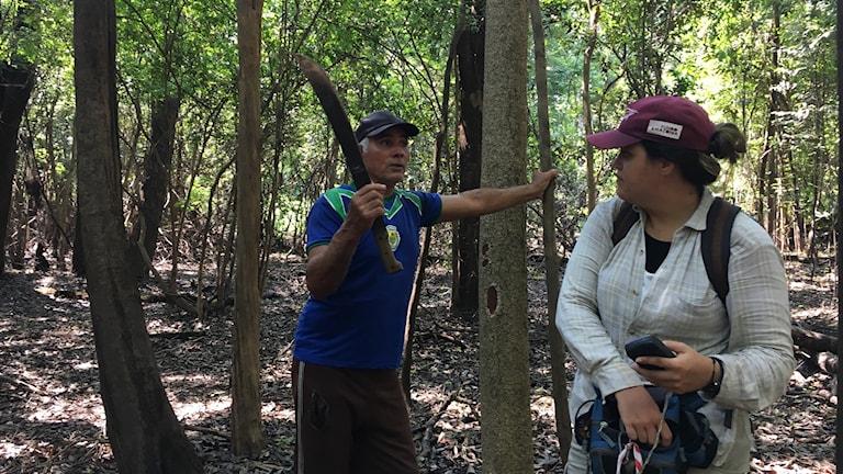 Jägaren Teo Tavares berättar för biologen Lisley Leme hur de allt mer extrema våt- och torrperioderna påverkar djur och växter.