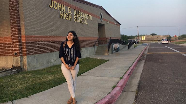 18-åriga Jennifer Yañez bor i Mexiko men går i skolan i USA. Hon pendlar över gränsen varje dag.