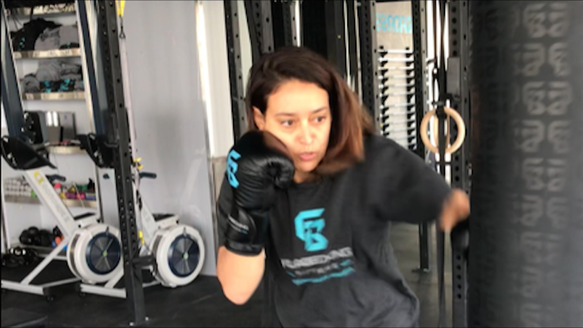 Hala Hamrani driver ett kampsportsgym för kvinnor.