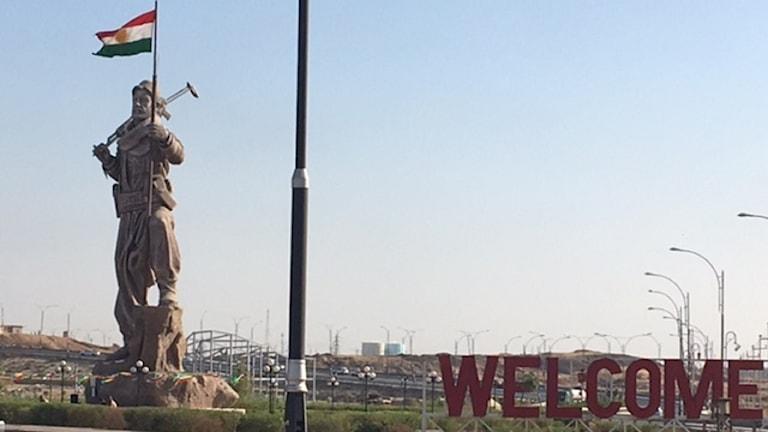 Infarten till Kirkuk med en nyrest Peshmergastaty