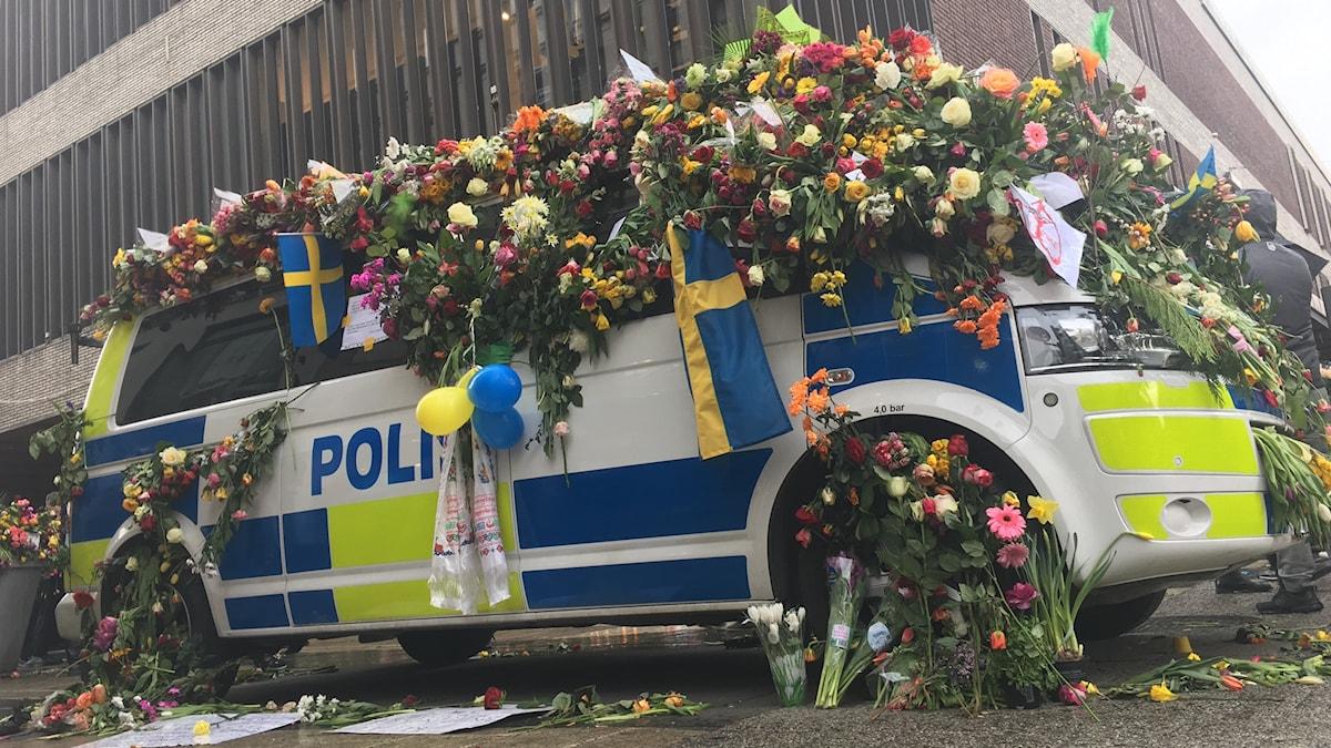 Polisbil utanför Åhléns efter terrorattacken