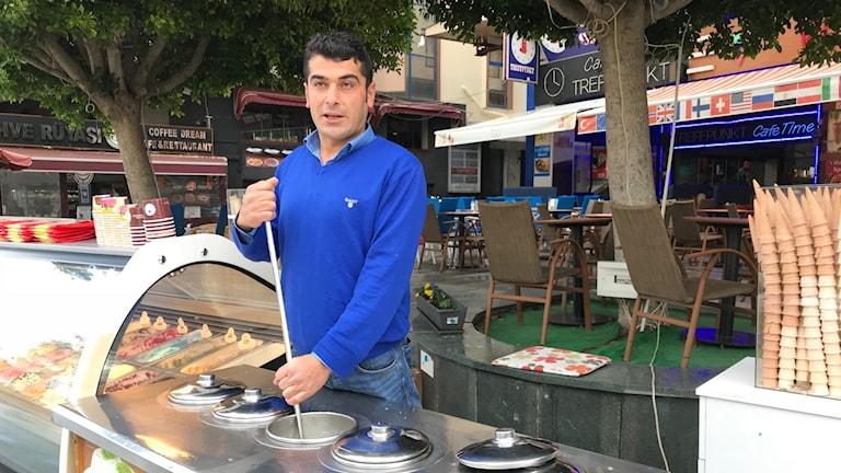 Sharin lever på art sälja turkisk glass, Maraş dondurması.