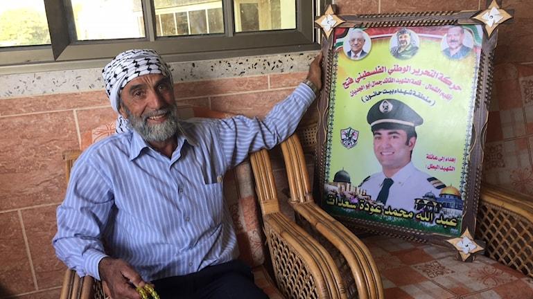Mohamed Sadat med porträttet av sin dödade son Abdallah