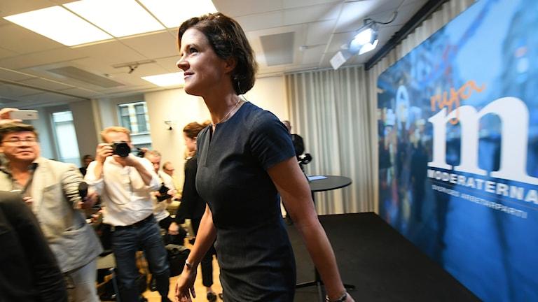 Anna Kinberg Batra lämnar presskonferensen.