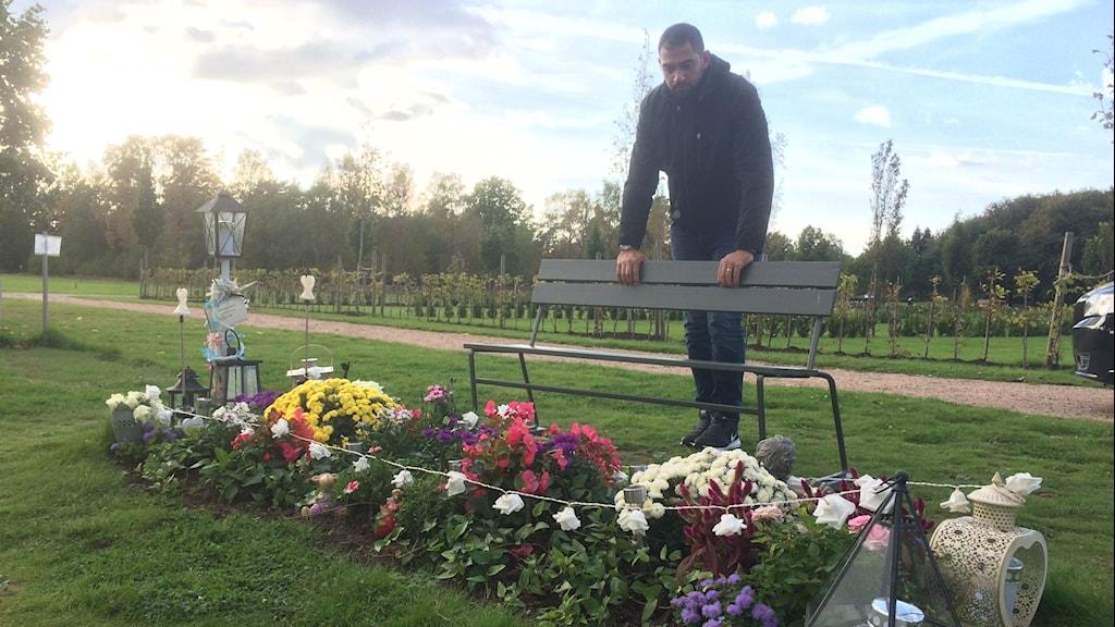George Kello vid Lavin Eskandars grav.