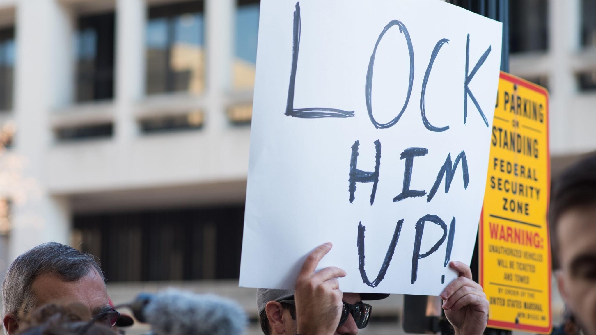 Protester mot Michael Flynn