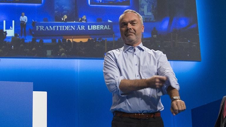 Jan Björklund kavlar upp skjortärmen. Foto: TT