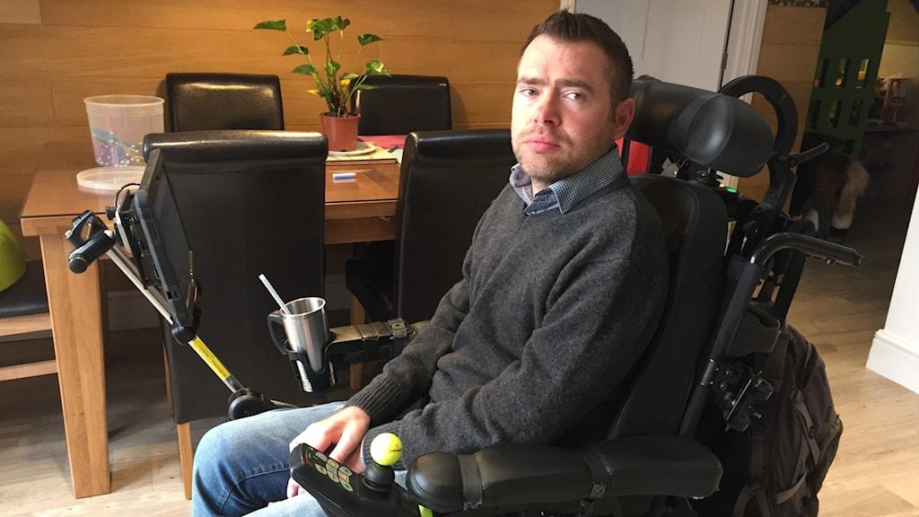 Jason Liversidge med den portabla datorn som nu kan läsa upp vad han vill säga med hans egen Yorkshiredialekt.