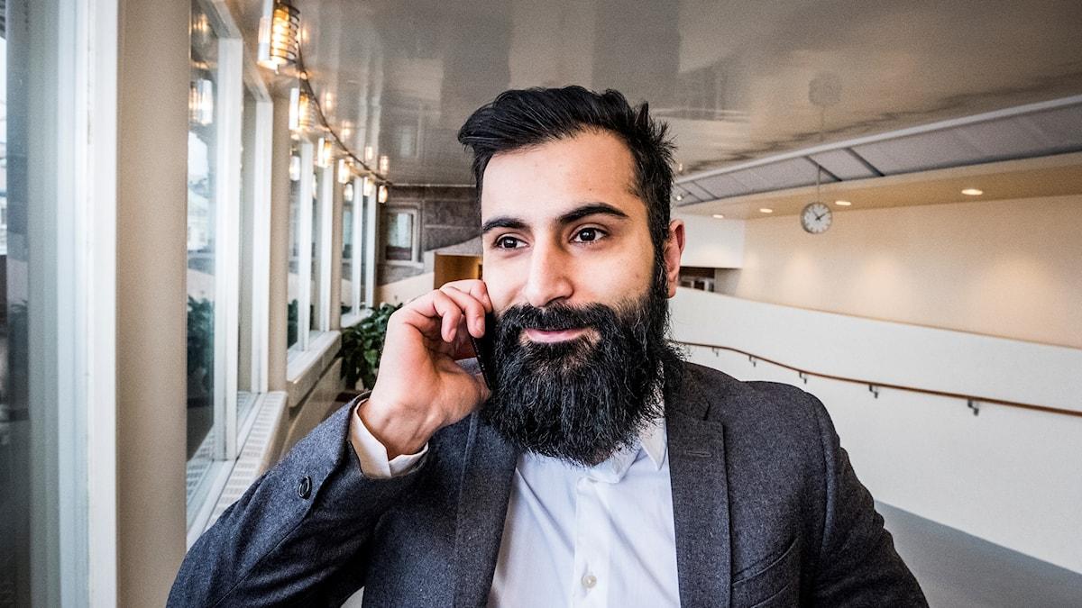 Hanif Bali pratar i telefon