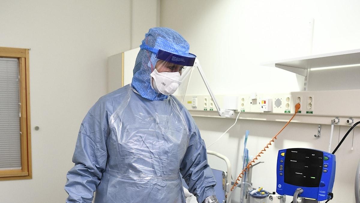 Person med skyddsutrustning på Karolinska