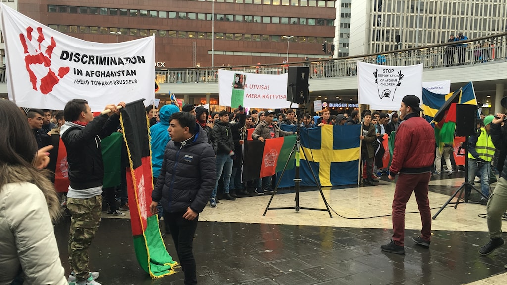Demonstration på Sergels Torg i Stockholm mot de hårdare asylreglerna i landet.