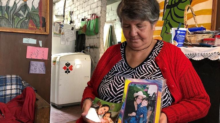 Margarita Alanis visar bilder på sin dotter, ett av kvinnovåldets offer.