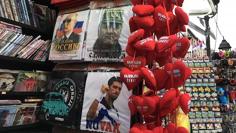 I souvenirstånden i Belgrad säljs tröjor som hyllar Ratko Mladić, åtalad bland annat för folkmord i Srebrenica.