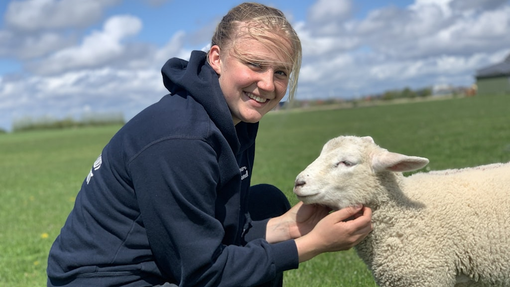Sophie Backsen och ett lamm