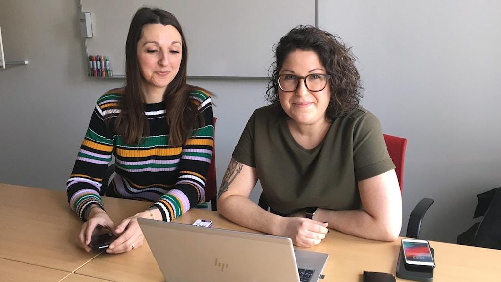 Två utredare vid polisens groominggrupp i Stockholm sitter vid en dator.